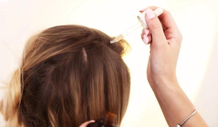 Нанесение мала на волосы