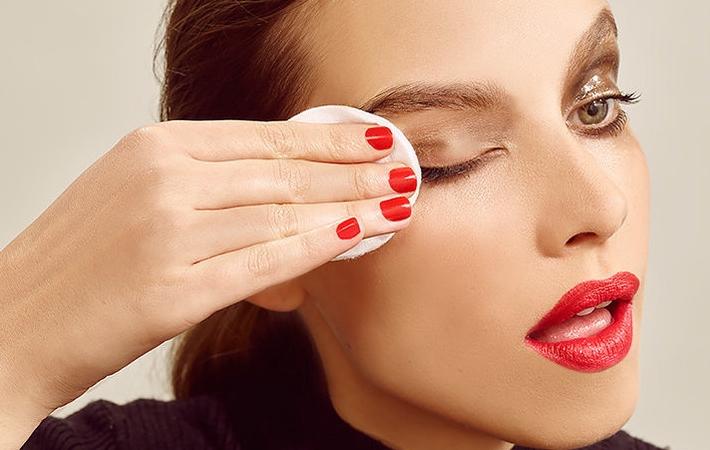 Снятие макияжа при помощи масла
