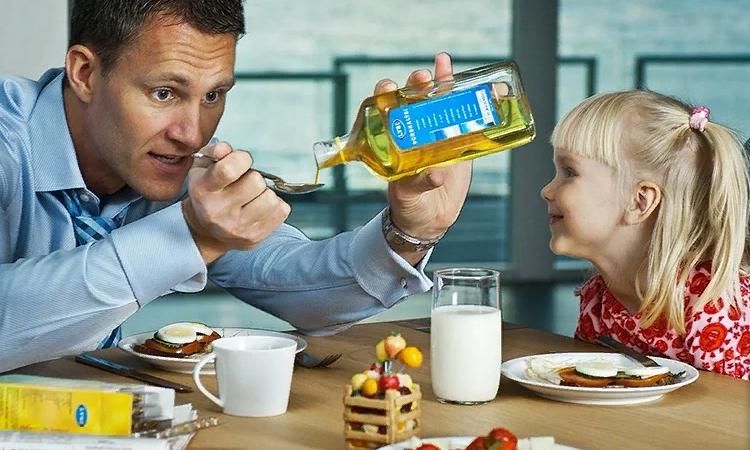 Ребенок пьет масло льняных семечек