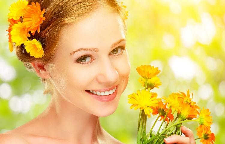 Девушка с цветками календулы