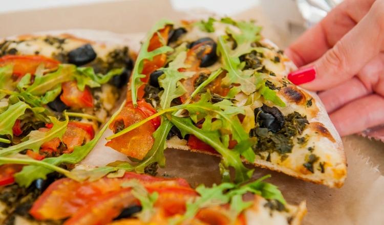 Итальянская пицца с рукколой и масло грецкого ореха